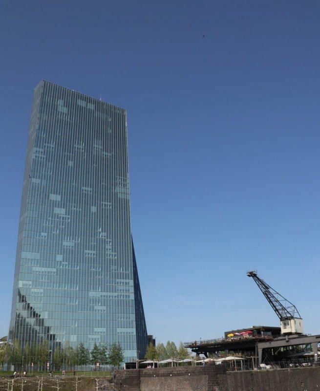 EZB in groß und davor das Restaurant Osten