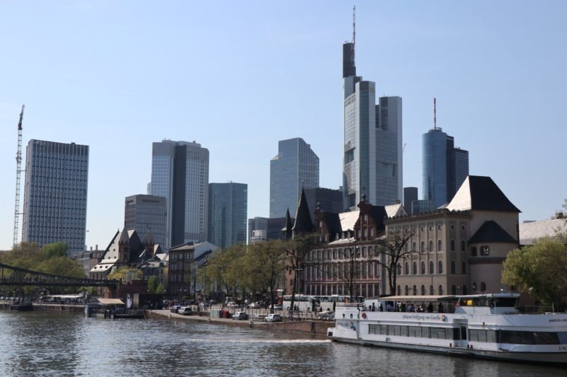 Primus Linie Schiff vor dem Frankfurter Main Panorama
