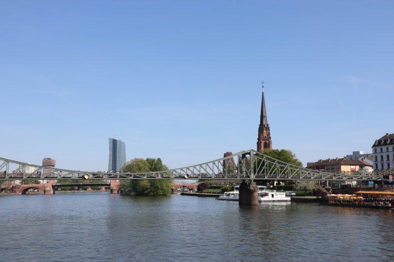 Eiserner Steg Frankfurt - im Hintergrund wieder rechts die Dreikönigskirche und links die EZB