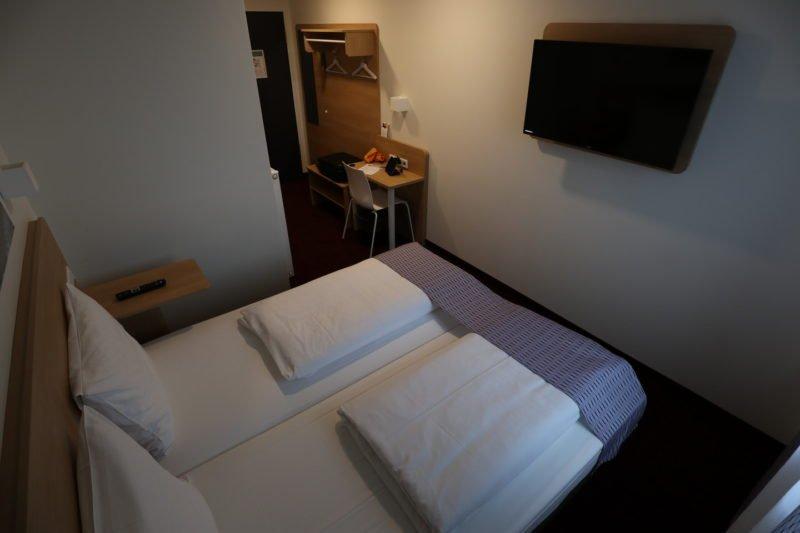 Das Zimmer von der Kopfseite des Bettes vom Fenster her im McDreams Hotel
