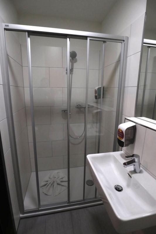 Große Dusche im McDreams Hotel Essen