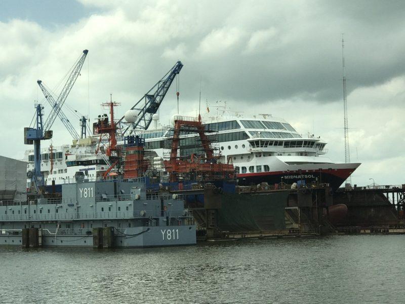 MS Midnatsol, die auf Hurtigruten entlang der Küste Norwegens im Linienverkehr verkehrt