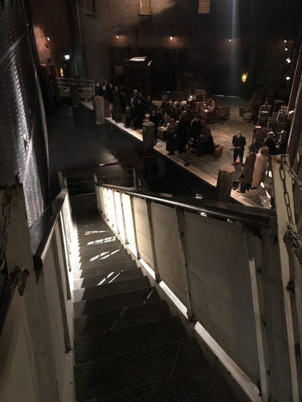 """Dort unten links betritt man den """"Hafen"""", wo die ersten Auswanderer warten und sich gegenseitig verabschieden"""