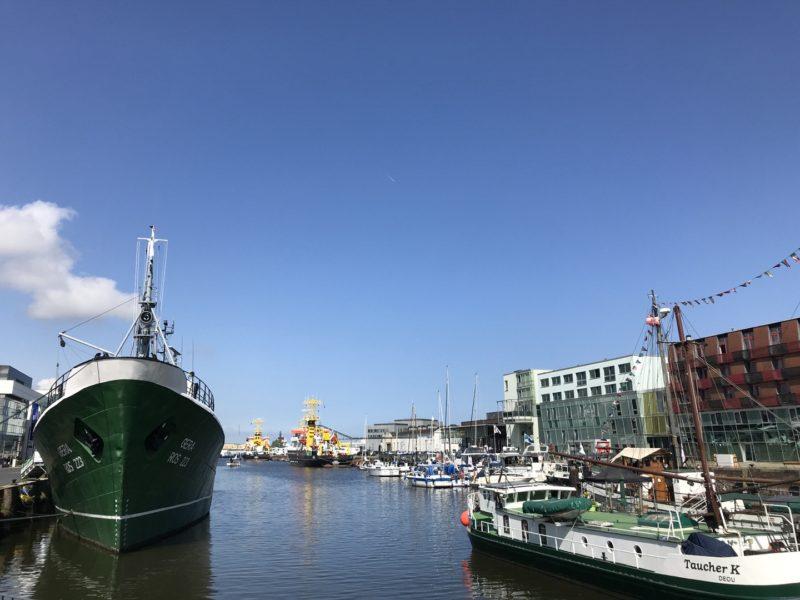 Seitentrawler Gera (links im Bild) im Fischereihafen Gera