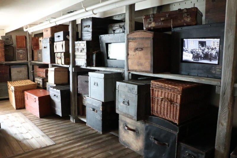 Gepäckraum mit alten Koffern