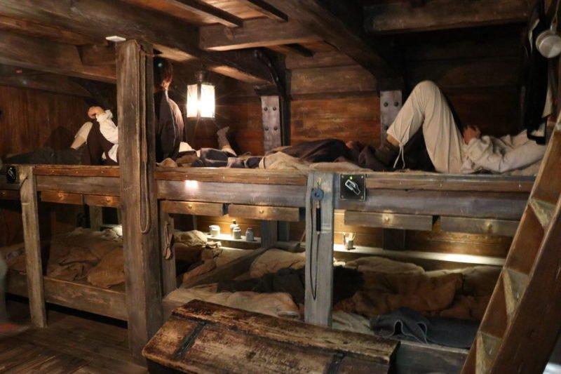 Ein Blick in die einfachen Schlafräume auf dem Segler um 1850