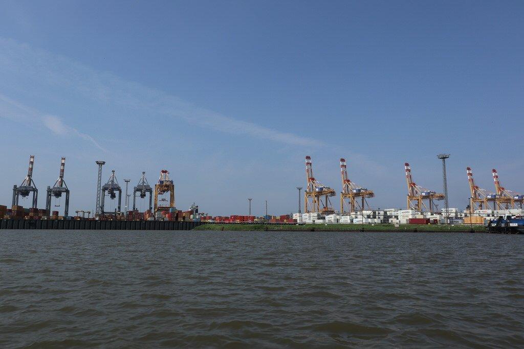Kräne im Hafen von Bremerhaven soweit das Auge reicht...