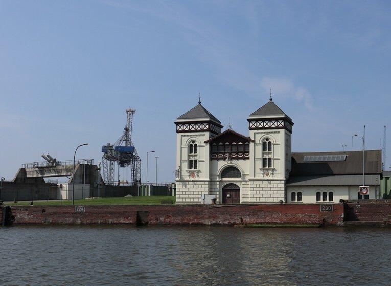 Altes Maschinen- und Pumpenhaus bei der Hafenrundfahrt in Bremerhaven