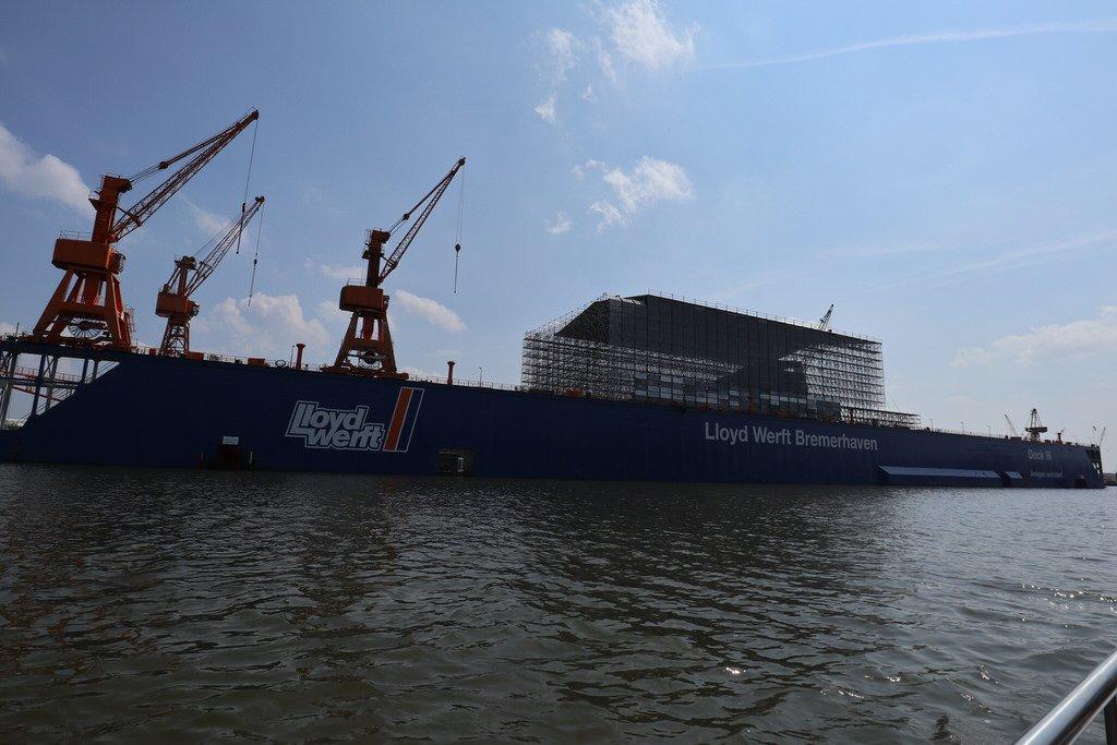 Wird hier in der Lloyd Werft Bremerhaven wirklich eine Yacht für den russischen Oligarchen Roman Abramowitsch gebaut?