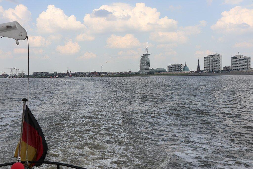 Ein Blick zurück auf Bremerhaven von der Oceana auf der Weser