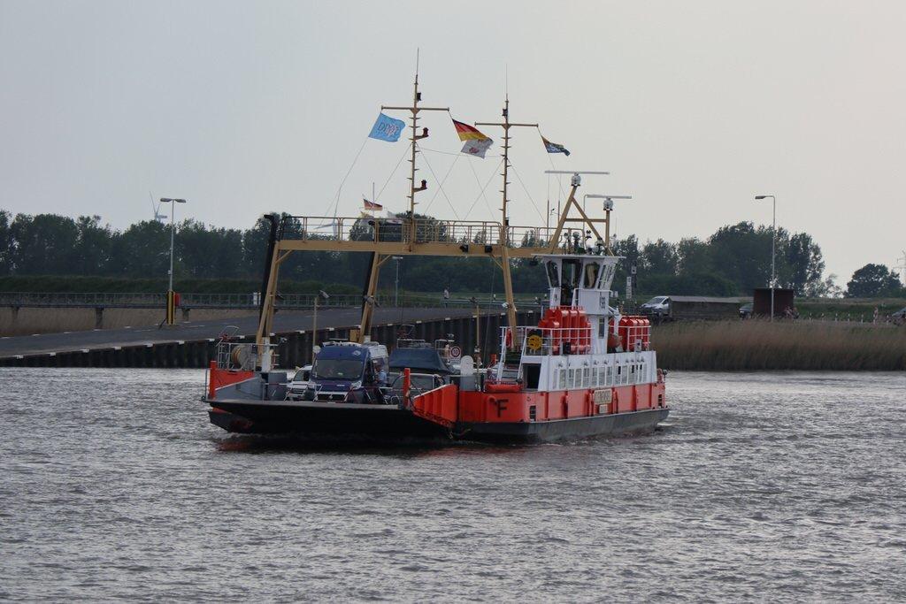 Kleine Fähre quer über die Weser
