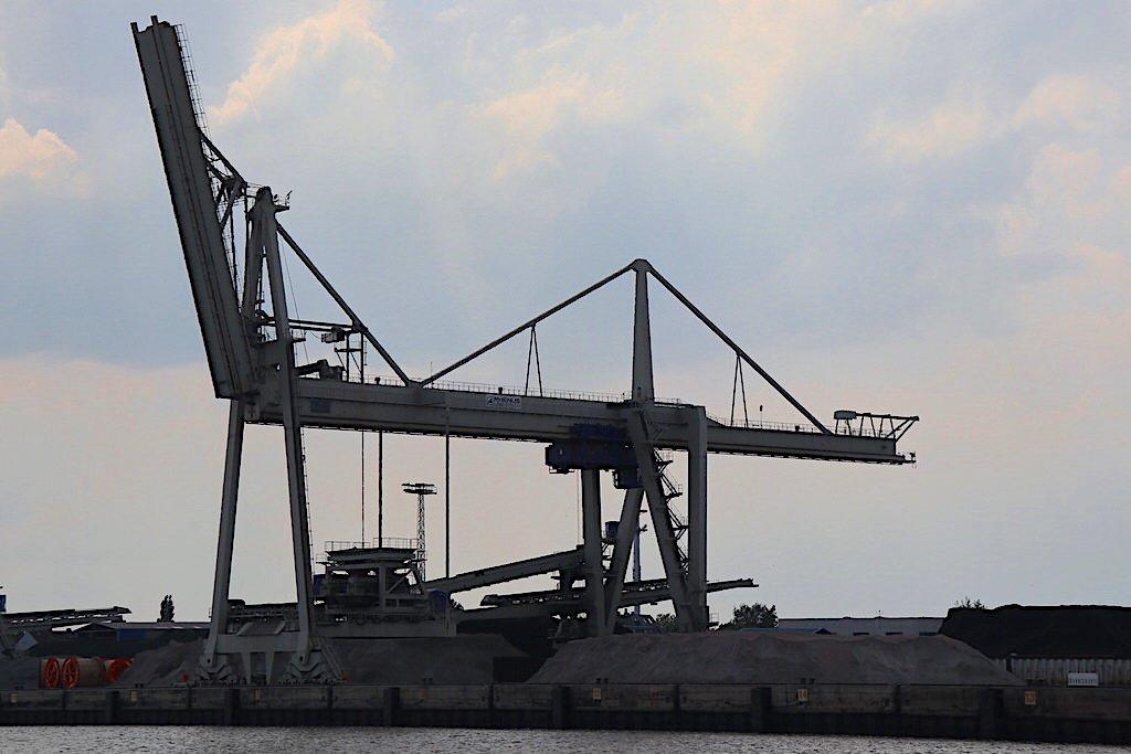 Kran beim Entladen an der Weser