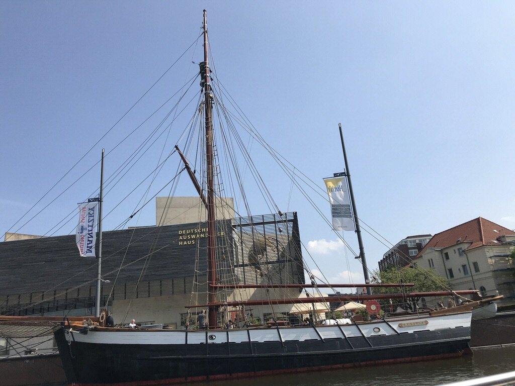 Schiff vor dem Auswandererhaus Bremerhaven