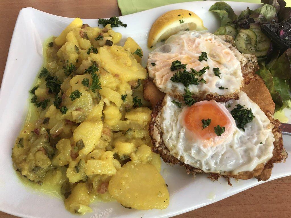 Schnitzel mit Spiegelei und Bratkartoffeln im Dat Cuxhavener Fischhus