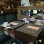 Für das Frühstück eingedeckter Tisch im Maritim Hotel Bremen