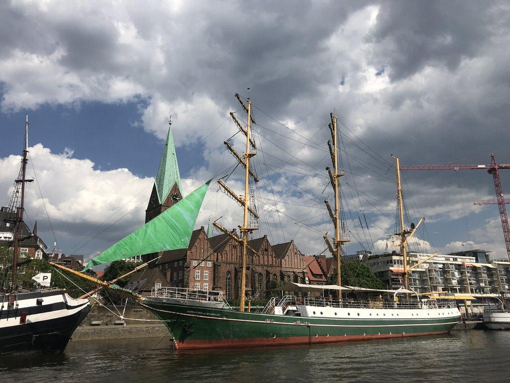 Die Alexander von Humboldt vor der Martinikirche Bremen