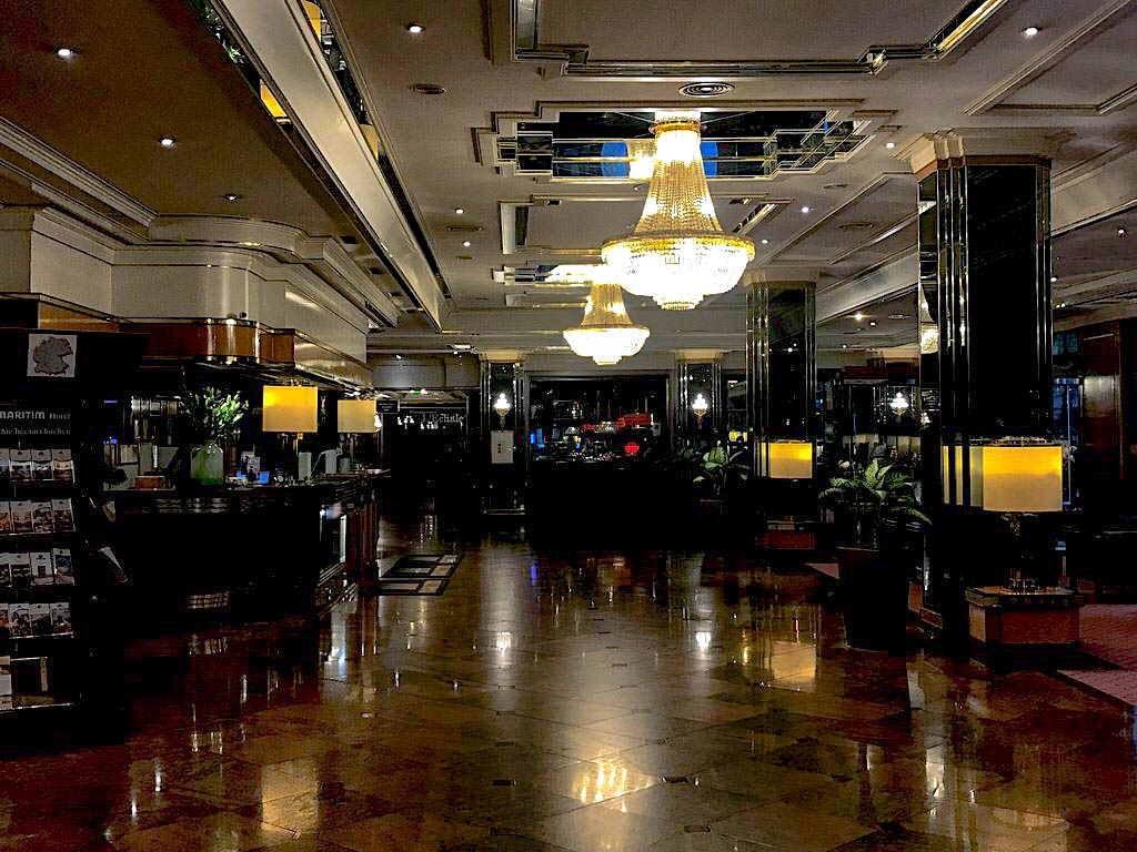 Lobby des Maritim Hotels Bremen am Abend