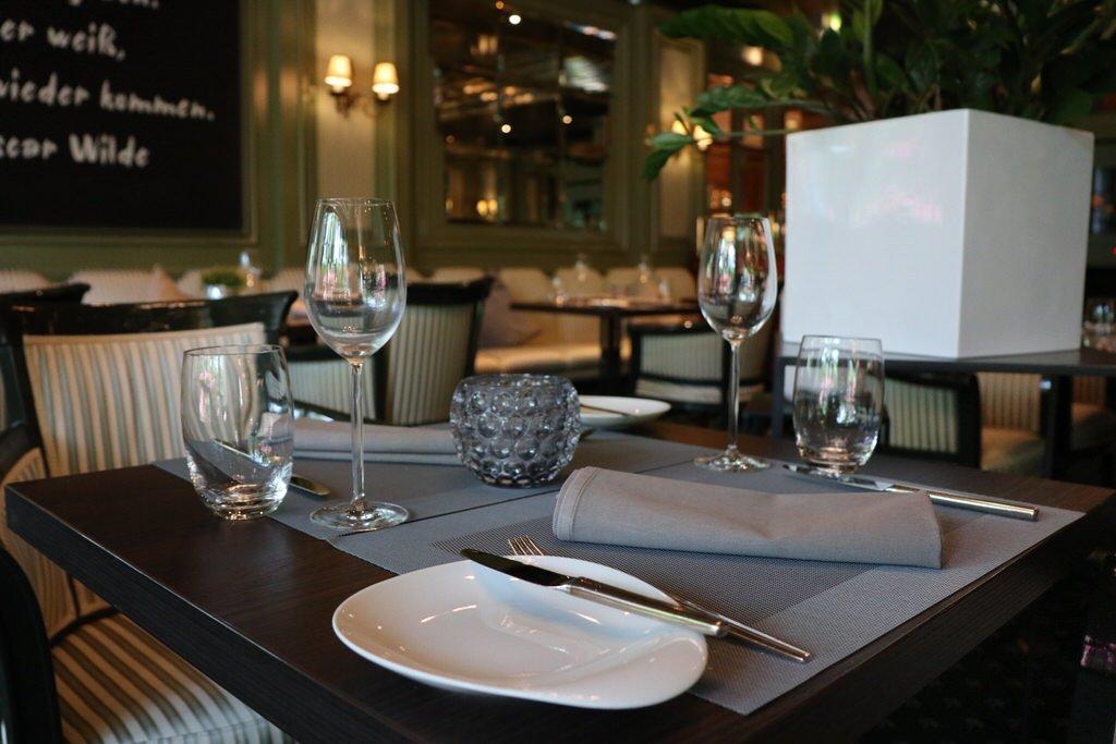 """Eingedeckter Tisch im Restaurant """"L'Echalote"""" im Maritim Bremen"""