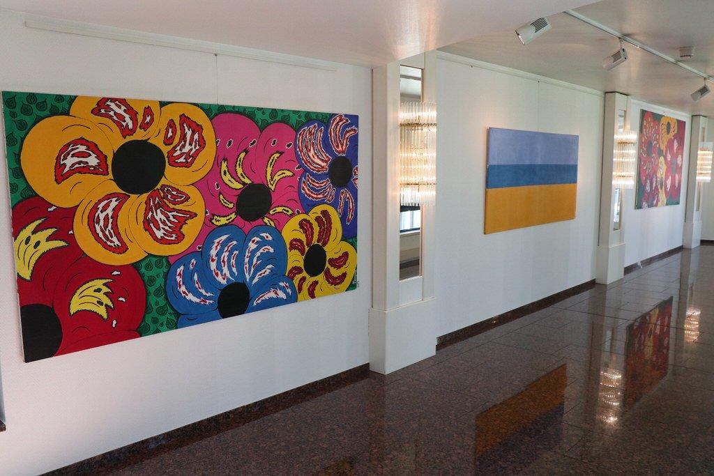 Gang mit Kunstwerken, auch im Bremer Maritim Hotel