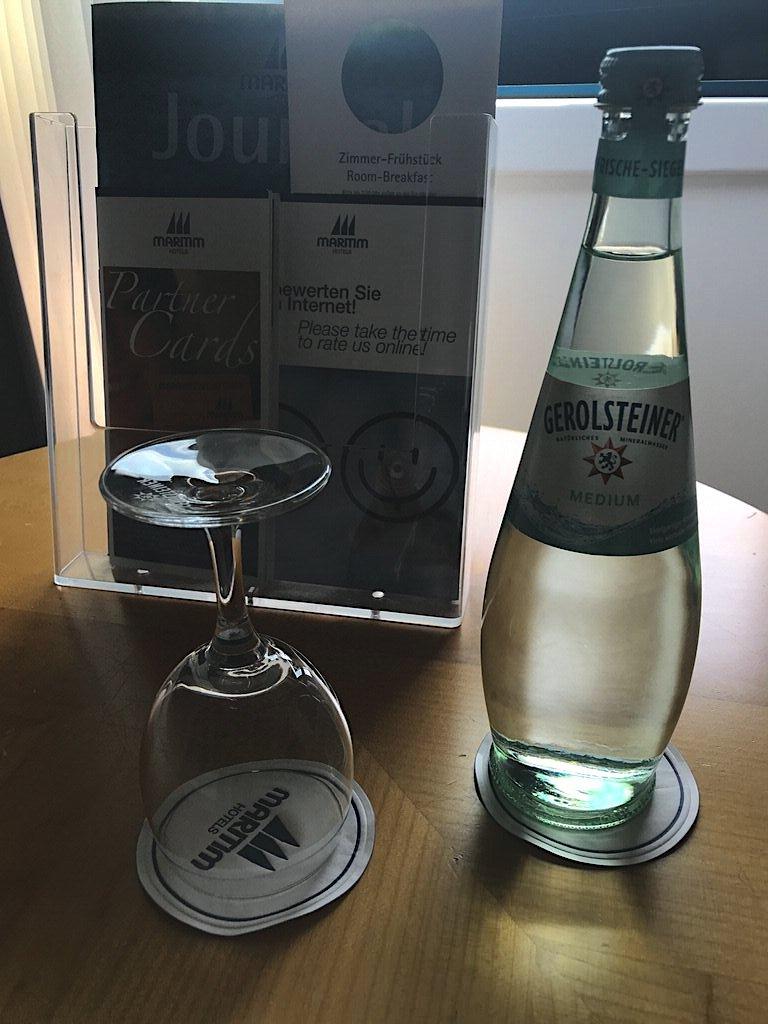 Flasche Wasser kostenfrei für Gäste. Top!