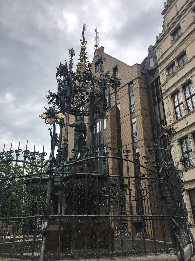 Holzmarktbrunnen Hannover mit dem goldenen Wunschring in der unteren Mitte des Bildes