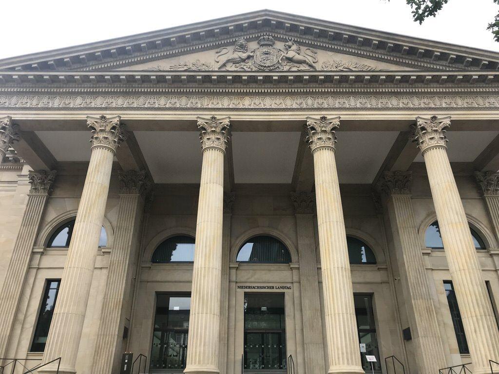 Beeindruckende Säulenkulisse des Niedersächsischen Landtags