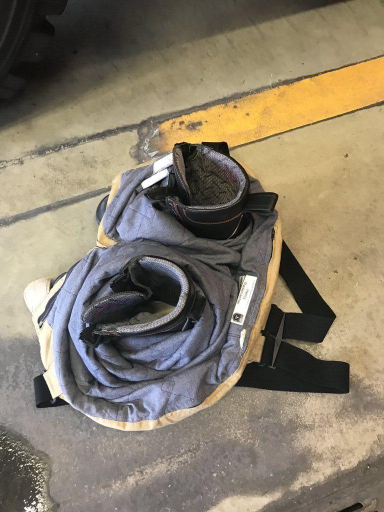 Stiefel und Hose für den Einsatz der Flughafen Feuerwehr Hannover
