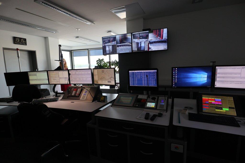 Linke Hälfte der Monitore der Einsatzzentrale der Flughafenfeuerwehr im Flughafen Hannover
