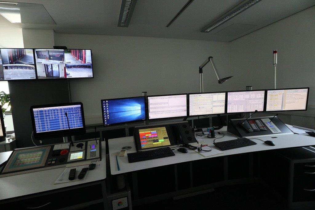 Rechte Hälfte der Monitore der Einsatzzentrale der Flughafenfeuerwehr im Flughafen Hannover