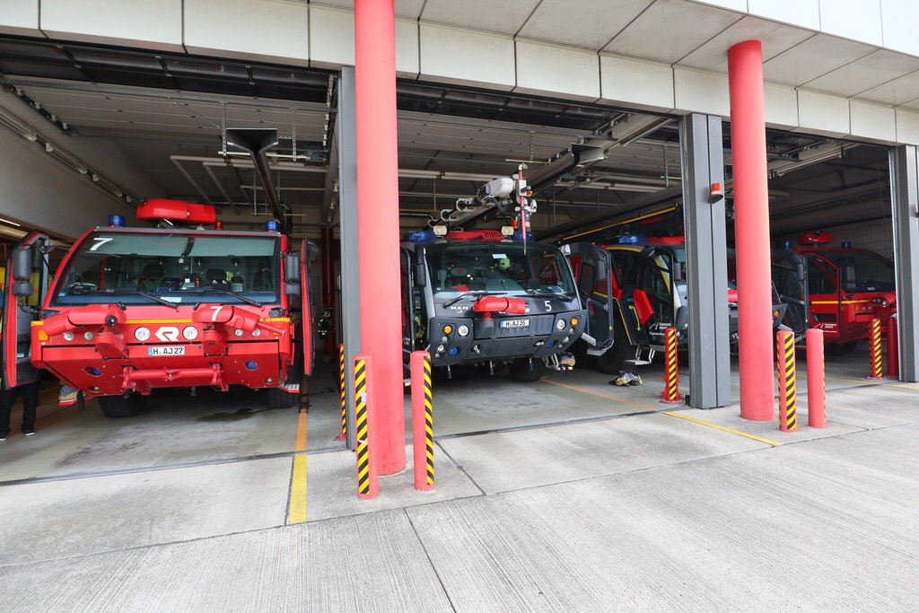 Blick auf die geöffnete Garage der Flughafenfeuerwehr Hannover mit mehreren Löschfahrzeugen