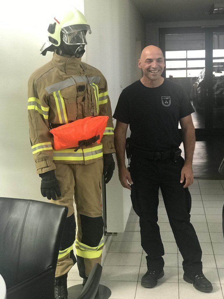 Hauptfeuerwehrmann Henry Rademacher von der Flughafenfeuerwehr Hannover