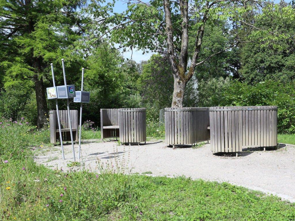 Trilogie Platz in Bad Wörishofen mit Kommunikationsbänken im Kurgarten