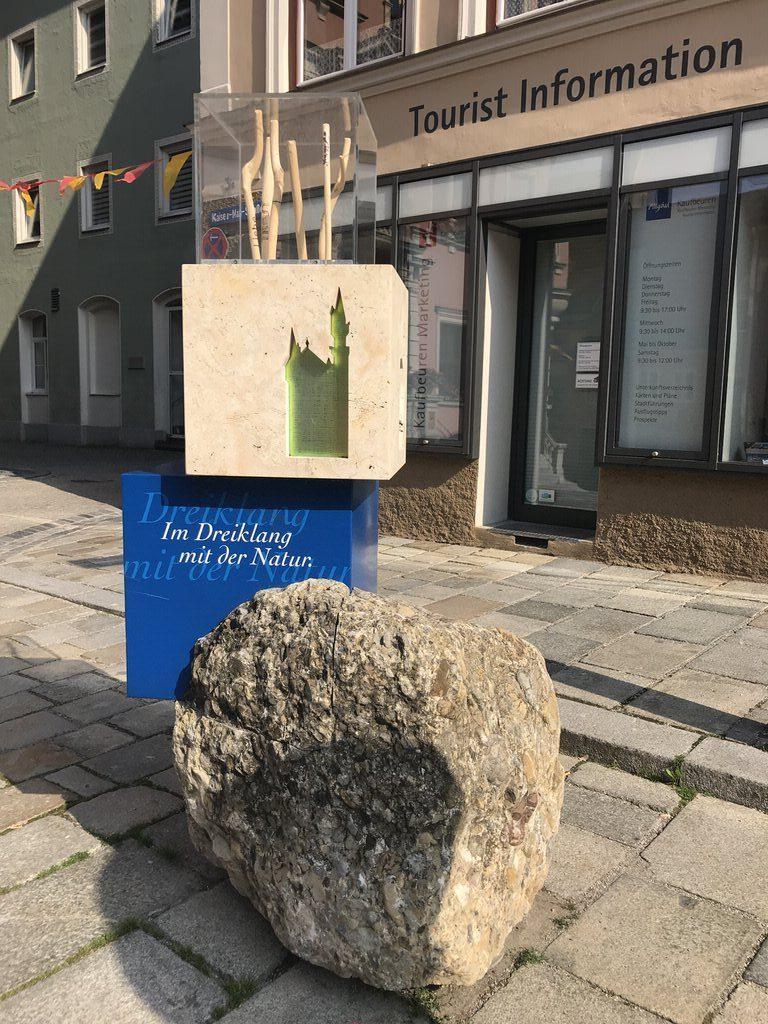 Start- und Willkommensplatz der Wandertrilogie in Kaufbeuren, direkt vor der Tourist Information neben dem Rathaus
