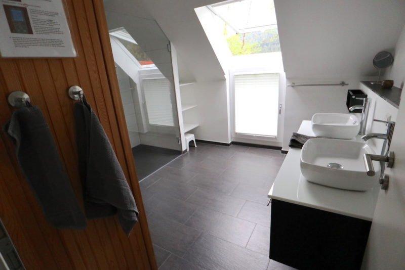 Blick von der Türe ins großzügige schöne Bad im Luxus Ferienhaus Dieboldsberg