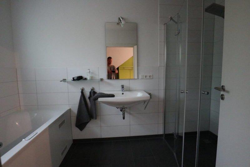Bad im Erdgeschoss mit Dusche und Whirlwanne