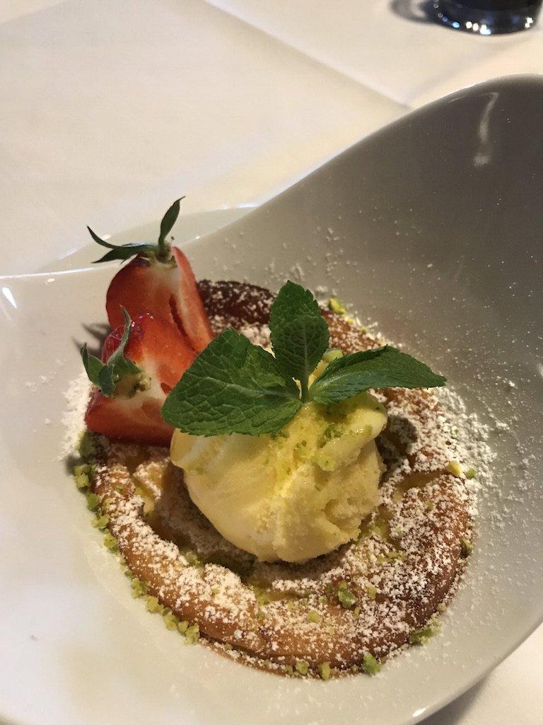 Cheese Cake mit Erdbeeren und Eiscreme als Dessert im GUT EDERMANN