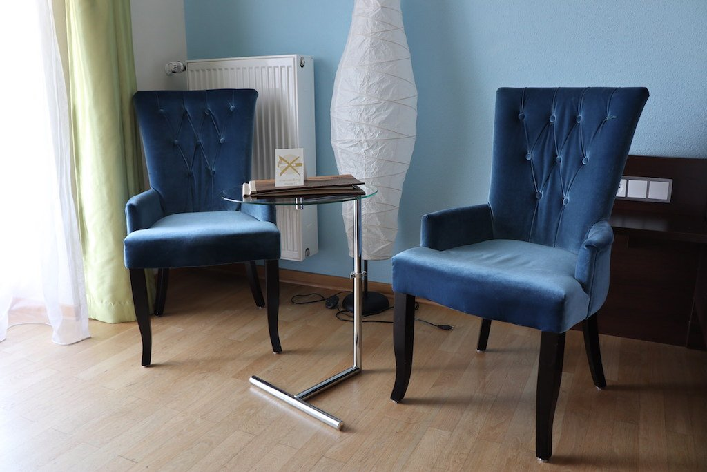 Schicke Stühle hat es hier im Zimmer