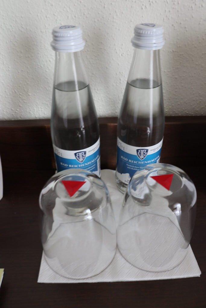 Wasser für die ankommenden Gäste auf dem Zimmer im GUT EDERMANN