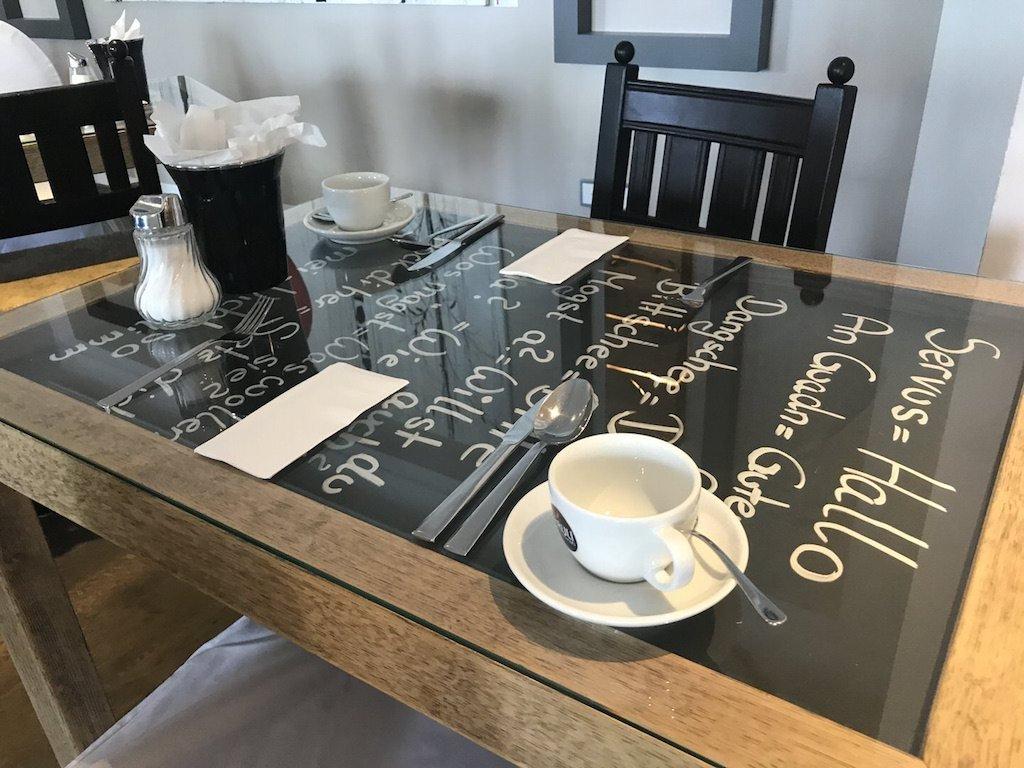 Für das Frühstück eingedeckter Tisch im GUT EDERMANN