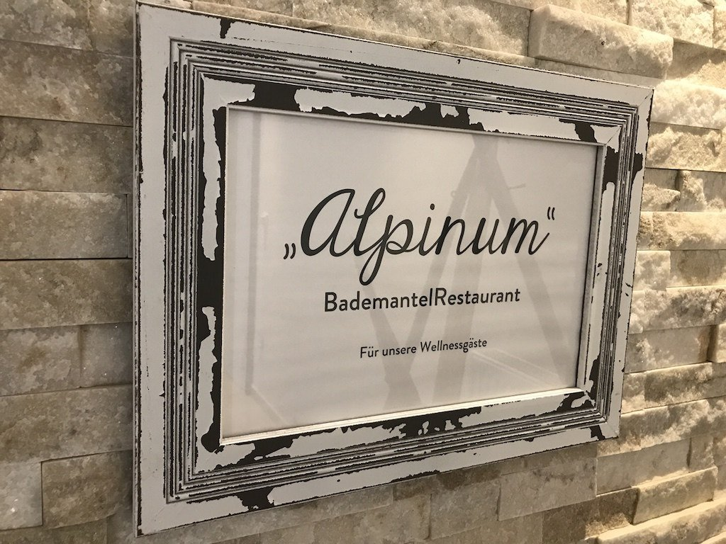 Alpinariumseingang - ein Bademantelrestaurant im GUT EDERMANN