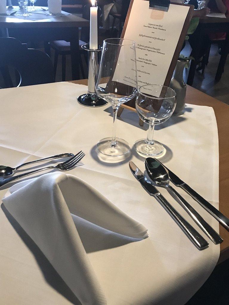 Schön eingedeckter Tisch für mich im GUT EDERMANN