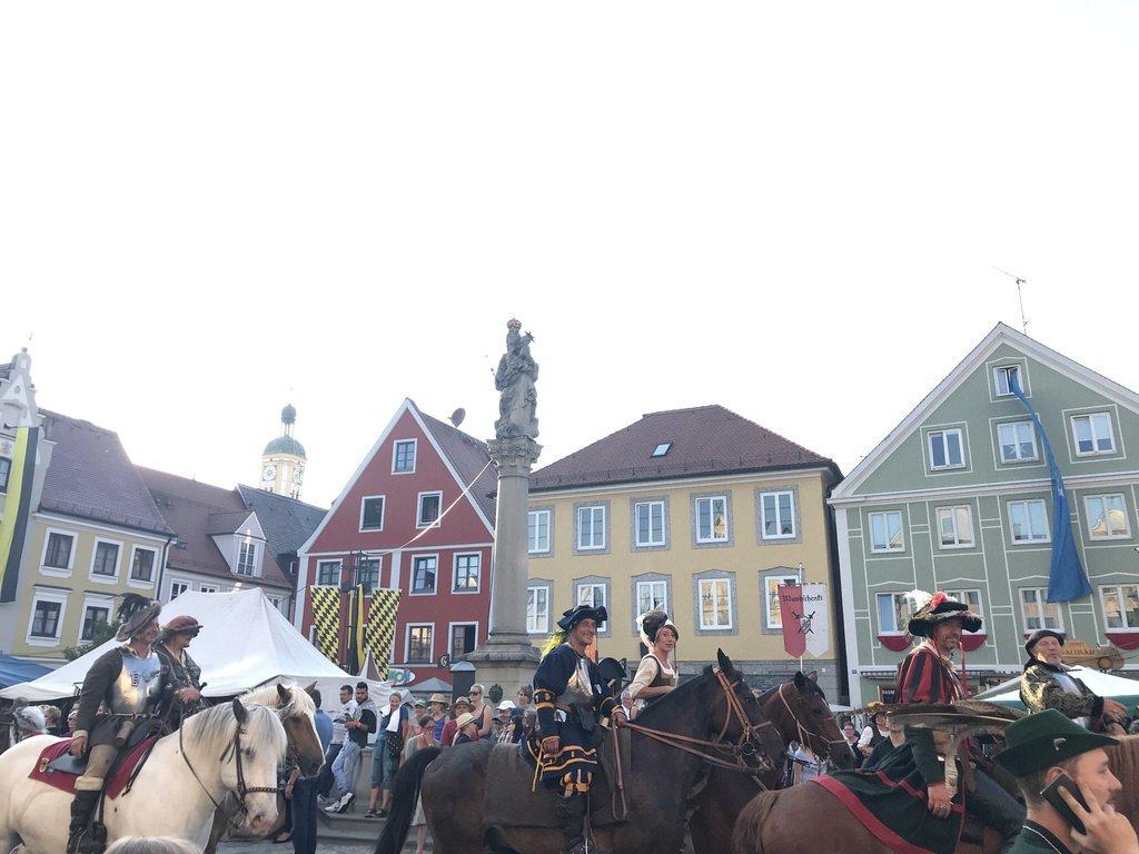 Kurzer Umzug vor der tollen Kulisse des Marienplatzes in Mindelheim beim Frundsbergfest