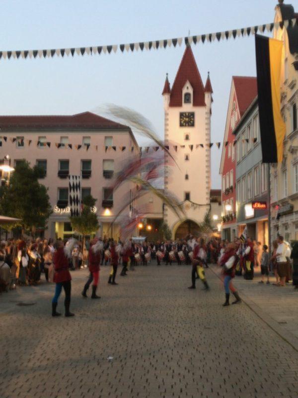 Nochmal Fahnenschwinger vor dem Oberen Tor in Mindelheim