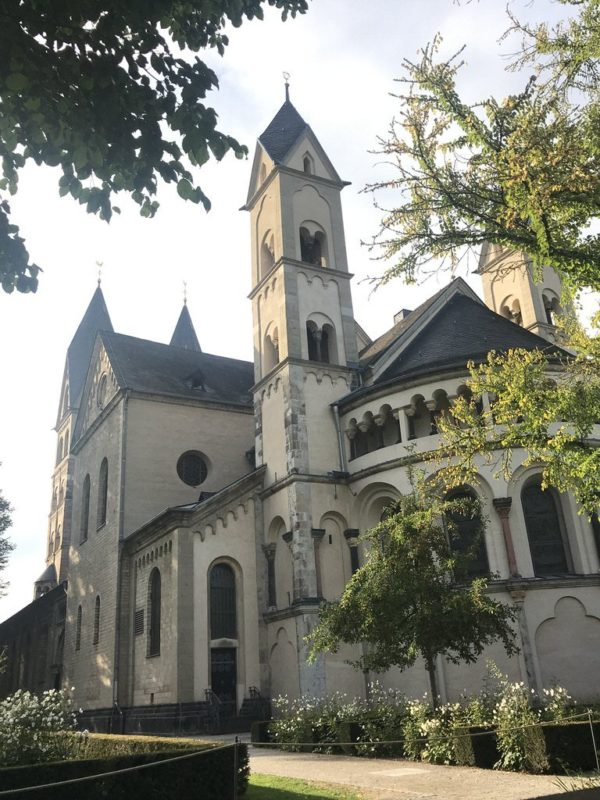 Basilika Sankt Kastor Koblenz hinter Koblenzer Seilbahn vor der Fliegenden Weinprobe