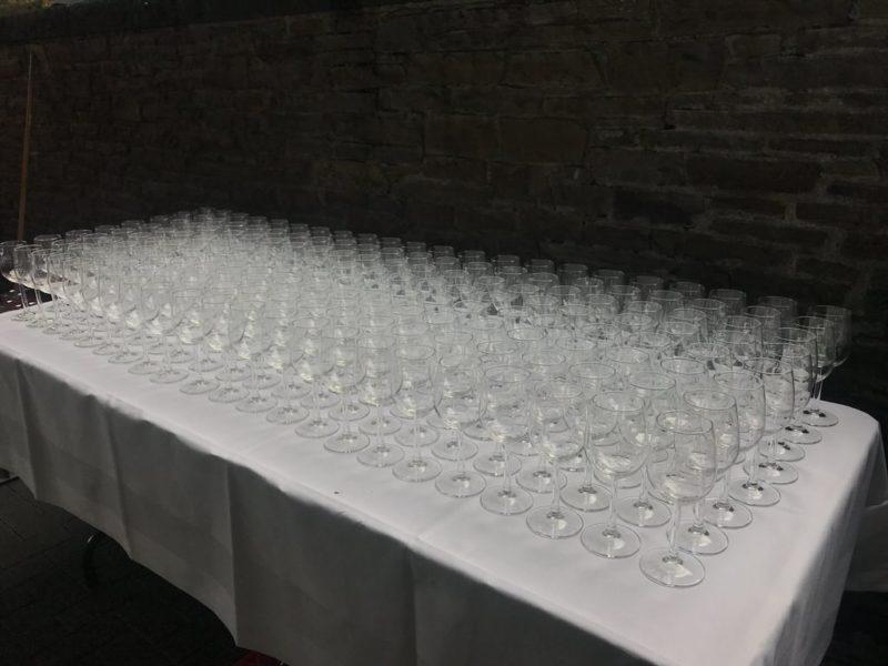 Gläser stehen bereit, um die Kabinen auszustatten, sobald der reguläre Fahrbetrieb der Koblenzer Seilbahn beendet ist
