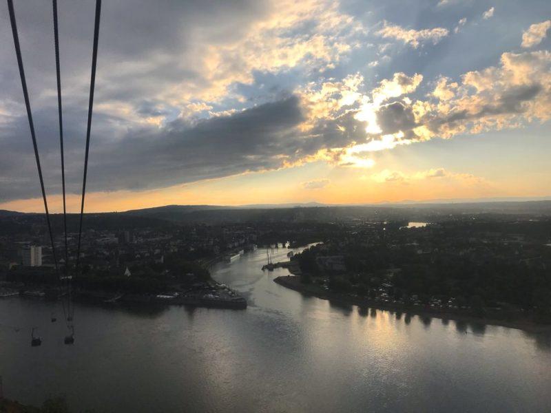 Sonnenuntergang über dem Deutschen Eck Koblenz von der Seilbahn zur Festung Ehrenbreitstein aus
