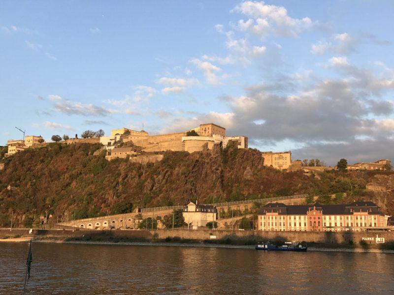 Die Festung Ehrenbreitstein in der wundervollen Abendsonne von Koblenz