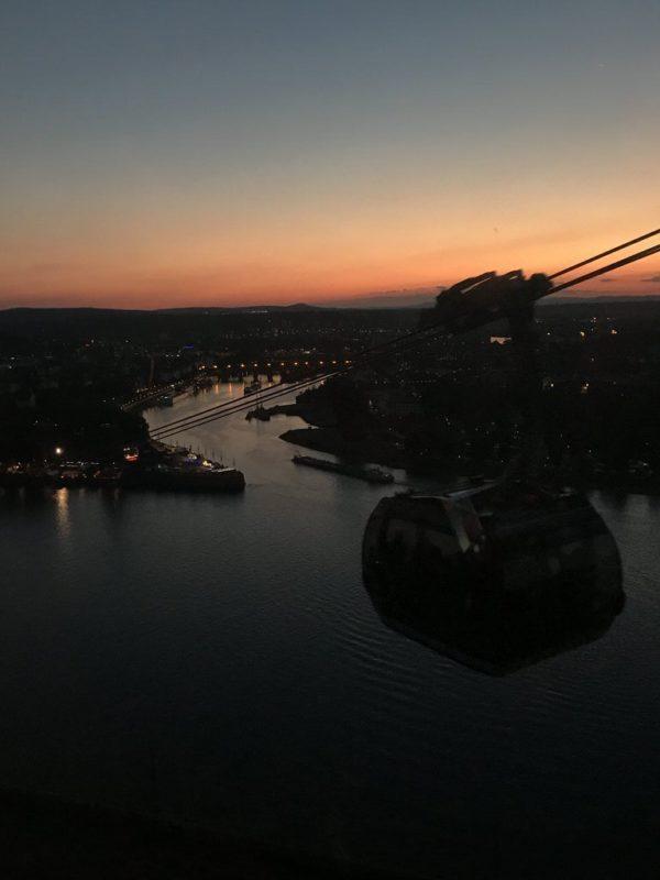 Schnell wird es dunkler am Deutschen Eck in der Seilbahn Koblenz