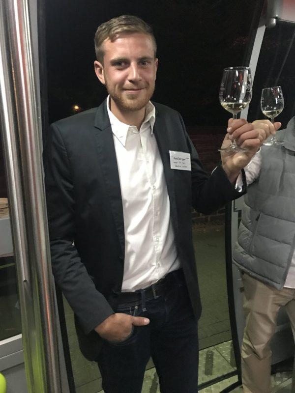 Winzer stellt seinen Wein vor bei der Fliegenden Weinprobe in der Seilbahn Koblenz