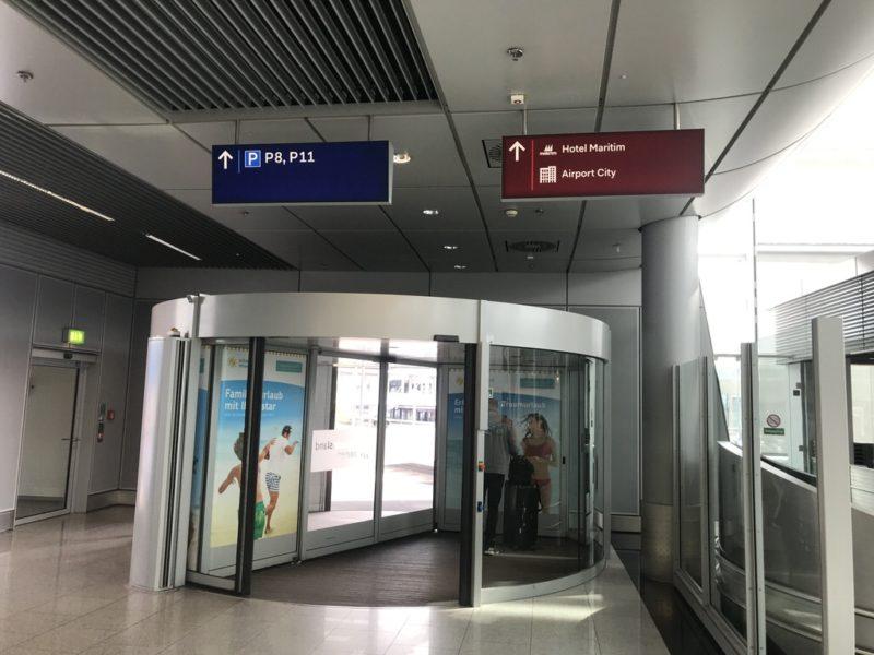 Ausgang des Flughafens Düsseldorf in Richtung des Maritim Hotels